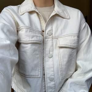 Vit jeansjacka med kontrastsömmar från Monki. Fint skick! +66kr frakt