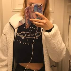 Cropped sweatshirt i djup blå färg från pull and bear i ett skönt material. Säljer för att den inte sitter som jag skulle vilja på mig. As snygg dock. Tänker mig 110kr men alla bud är välkomna. Bara att höra av er om ni har någon fråga ❤️