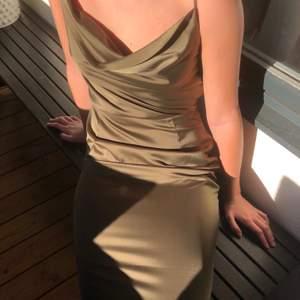 Olivgrön långklänning. Använd 1 gång. Personen på bilden är 164 cm lång.