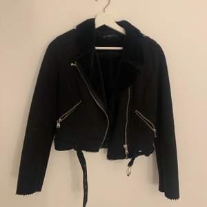 Säljer den här jackan från zara då jag knappt använder den, storlek XS. Vill ha 200kr + frakt för den🖤