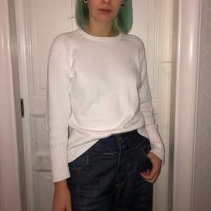 """Denna vita tröja är gjord i 100% bomull från märket prestige men tvättas ändå i 40 grader. Det är en """"manströja"""" vilket får den att bli mysig och perfekt att ha under stora t-shirtar. Frakten är inräknat i priset 🥰"""