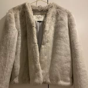 En ljusgrå fuskpälsjacka från Pull & Bear, superfin! Den är i en lite kortare modell och har hakar som stänger jackan 💕✨ Jättemysig verkligen! Fri frakt ❤️