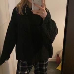 super skön stickad tröjan från NA-KD💕super bra skick o säljer för jag inte får användning av den, den är varm stor och jätte mysig och har en liten polo krage som gör de mycket mysigare, den e stor i storleken💕