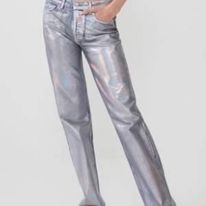 Jag säljer mina as coola silvriga jeans från Zara. Dem är tyvärr för små för mig så därför säljer jag. Dem är i bra skick. Vid önskemål kan bättre bilder skickas på byxorna. Startpris är 400kr🤗