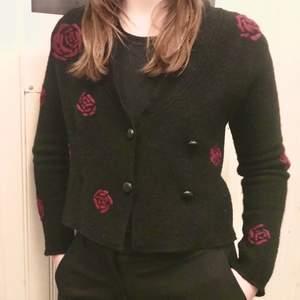 Väldigt fin kofta med rosor på från märket Bitte Kai Rand. Nya kläder från märket kan kosta omkring 1000kr, men denna har inte alls kommit till användning och säljs därför billigt. Jättefint skick. Något sticksig så skulle rekommendera att ha en tröja under (jag är dock ganska känslig för sådant)✨                          Storlek M, men skulle säga att den passar bra för S också                                                         (Bild 1 har ljusats upp för att rosorna ska synas tydligare, bild 2 är mer lik hur den ser ut i verkligheten fast något mörkare)