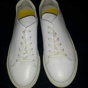 Vita sneakers JLindeberg, använda endast några timmar. Strl 37 men tycker dom är lite stora i strl. Kan skickas mot fraktkostnad.