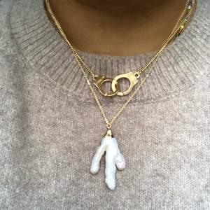 Superfint halsband med handbojor och guldkedja 🤩
