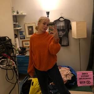 Hej! Säljer denna orangea stickade tröja från hm. Storlek M men passar oversized på mig med S. Den har ballong ärmar så det är lite puffigt längst ner. Ställ gärna frågor💖