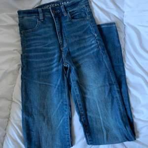 Ett par blåa jeans från american eagle med super stretch. Passar en xs/s. Skriv vid frågor/fler bilder:)  Köpare står för fraktkostnad♥️