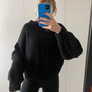 Svart stickad tröja från NA-KD med ballongarm. Nästan aldrig använd, dvs väldigt bra skick. Strl M.