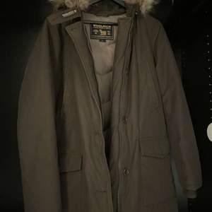 Woolrich vinterjacka! Passar herr i M och Dam i L! Köpt i Stockholm inget kvitto tyvärr! Endast testad