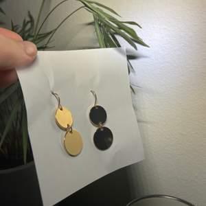 Guldiga örhängen som endast är använda 2 gånger. Kan skicka bild på hur dem ser ut på vid intresse! Tvättas och spritas före leverans!!