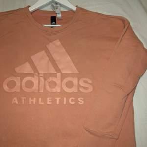 Fin Adidas tröja äkta! Köpt på stadium, väldigt skön och bra att träna i! Inte andvändt den så mycket för har inte gillat hur den sitter på min kropp