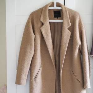 Superfin kamelfärgad jacka som är perfekt under vår och vinter. Jättefint skick, sparsamt använd.