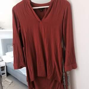 Tegelröd klänning/tunika i storlek xs. Väldigt kort framtill så har använts som en tunika. Bra skick