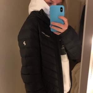 Varm & bra jacka i fint skick från peak performance, köpt för 1 år sedan. Fint till vardags men går även att åka skidor i!
