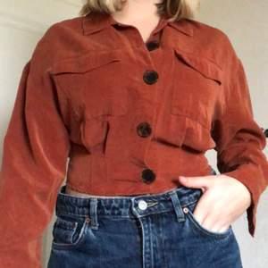 Har varit ett älsklingsplagg! Köpt i kreta på Pullandbear :) Bruna snygga knappar! Fler bilder kan skickas om så önskas !