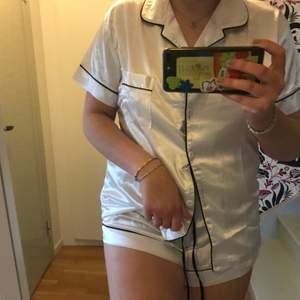 Fin satin pyjamas, shorts & skjorta, köpt på Shein för typ ett år sen men aldrig använd! Typ inte dålig kvalite, mjuk och inte hårt material!! Storlek XL men passar mig som vanligtvis har  M/L!! Köpare står för frakten!!