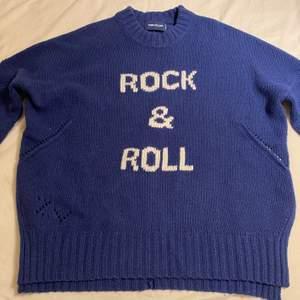 Jätte snygg stickad Zadig & voltarie tröja som funkar som armvärmare också eftersom tröjan har hål vrid tummarna💞hara bara använt tröjan en gång då jag skulle prova den💞                                                                                                                                                                                                 Nypris: 2 900kr💞                                                                                                  Mitt start pris: 1 500kr💞