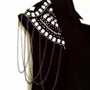 Den lilla svarta med silverdetaljer.  70% viskos, 25% nylon, 5% elastan - mjuk och stretch som sitter som ett smäck.