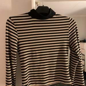 Fin beige/ svart randig polo tröja som sitter jättefint. Säljer pga den är för liten. Storlek S, i väldigt bra skick. Nypris 199kr. Köpt på new yorker. Endast swish