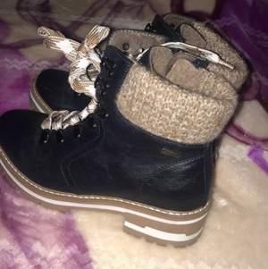 Säljer mina fina skor från Zalando, endast använda 3 ggr. Dom är varma och sköna! Nypris 800.