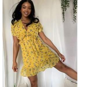Helt ny gulblommig klänning beställd från ASOS. Nypris är 339kr. Säljer för att den är för liten 😢