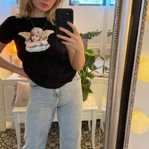 säljer en t-shirt från H&M i storlek XS. Riktigt söt tröja med ett ängel tryck på, riktig snygg att ha och rulla in till en croppad t shirt och sen ha lågmidjade jeans 💖