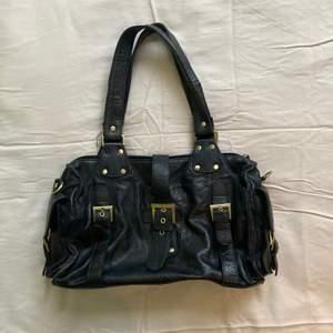 Denna handväska är väldigt rymlig, har flera fack och är i skinn!