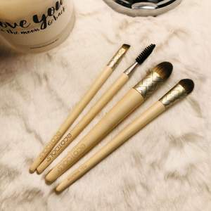 Make up brushes, never used!!! I only took and used the bigger one, so i Dont need this small brushes!!! 💃🏼 🥰 only 50kr for all 🦋🦋🦋