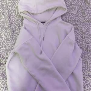 En vit hoodie ifrån Urban classics!! Ej använd så mycket. Den är liten i storleken så säger att den mer sitter som en S