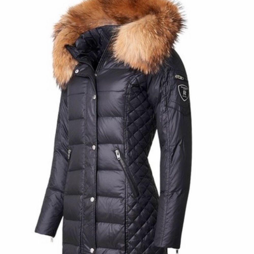 Köpt vintern 2019, använt högst en månad. Mycket fint skick. Storlek 40, jag brukar ha storlek S och M och den sitter bra på mig. Säljer eftersom det inte riktigt är min stil längre❤️. Jackor.