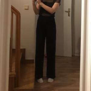 Ett par svarta kostymbyxor som är använda 1 gång vid nyår, jätte fina och i bra skick! Köpta för 350💕💕 Lägg ett bud så kan det bli dina!!