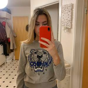 En grå kenzo tröja i strl L kids. I väldigt bra skick endast använd ett fåtal gånger. Köpt på NK i Stockholm men har tyvärr inget kvitto kvar. Passar som en XS. Pris kan diskueteras vid snabbköp.