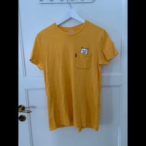 T-shirt med tryck i bröstfickan, lite genomskinlig