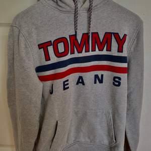 Tommy hilfiger hoodie från herr avdelningen, storlek s, original pris 1300kr säljs för 450 + frakt, helt oanvänd