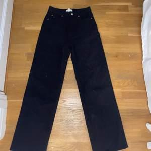 Svarta sköna jeans, i storlek 36 som är mjuka i materialet. Dom är använda endast en gång, ❤️