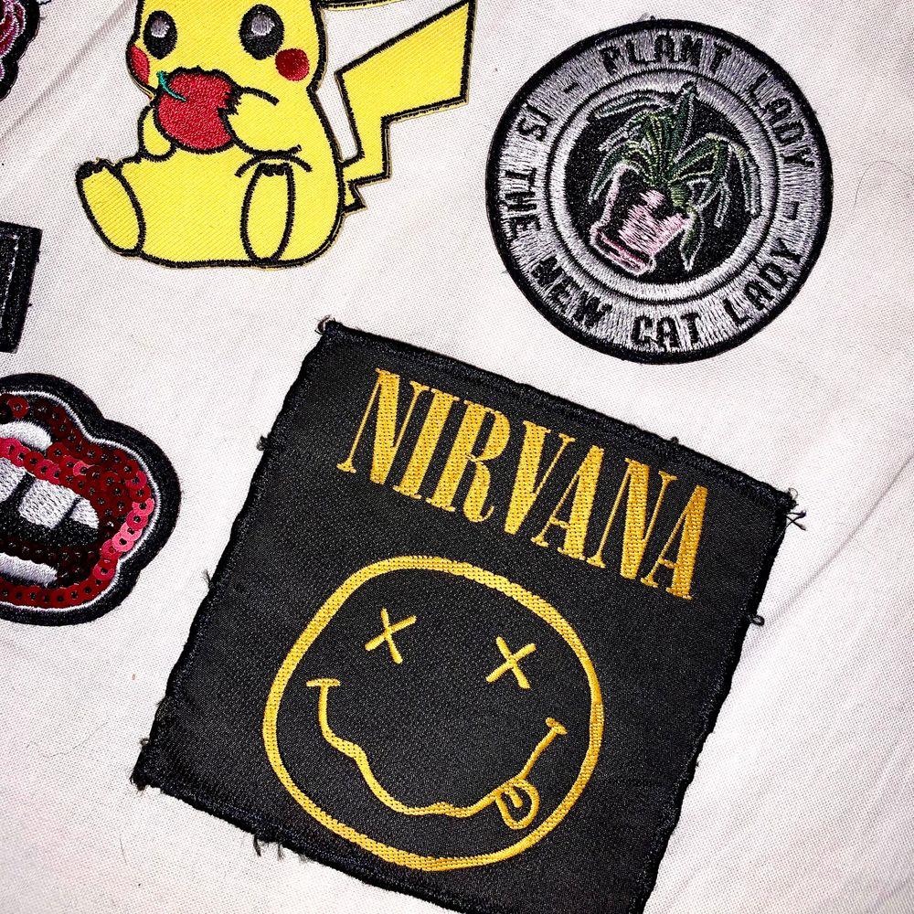 Alla tygmärken kostar 7kr styck förutom Nirvana (SÅLD) och Pikachu som kostar 10kr. Frakt 12kr (vanligt brev). 💖 Köper du alla får du dem för 50kr inklusive frakt 🧚🏼. Accessoarer.