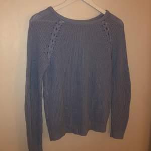En blå stickad tröja med flätade detaljer, tröjan är från new yorker och har använts sparsamt. Denna tröja har jag älskar men den änvänds tyvärr inte längre :((