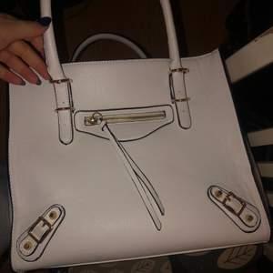 Snygg handväska i materialet läder, i bra skick. Stort utrymme med många fack. Nypris 550kr, mitt pris 250kr. OBS! Köparen står för frakten