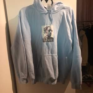Blå hoodie från ASAP Rocky Märke: Coldprints og pris: 350kr