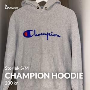 Snygg Champion hoodie i storlek M men den är mer som en S. Använd ganska mycket men ändå i fint skick. Frakten kostar 60kr 😊