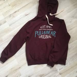 En hoodie i bra skick, vinröd