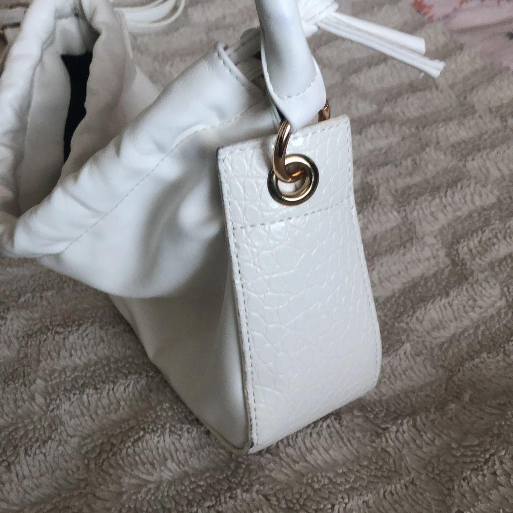 Vit handväska från Shein. Använd fåtal gånger då jag har en go to väska jag oftast håller mig till, det är även därför jag säljer ❤️ stängs med en magnetisk knapp. inte jätterymlig men kan hålla mobil, plånbok, parfym och sånt smått. Väskor.