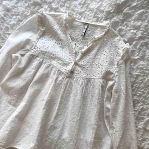 Säljer en vit jättesöt blus ifrån Zara💗 nyskick!!