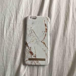 Ett iPhone 6/6s skal som tyvärr inte passar min telefon längre. Väl använt skal i vit och guld marmor