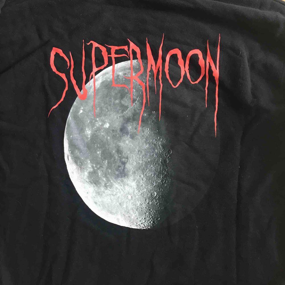 Supercool Hood tröja ifrån weekday med stort print på ryggen. Modellen är over sized. Nypris ca 600, inköpt för ett år sen. Huvtröjor & Träningströjor.