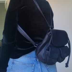 Super gullig liten ryggsäck. I vissa ljus ser den mer mörkblå ut och i andra ljus svart. Bara använt fåtal gånger och i jätte fint skick. Skriv privat om ni vill ha fler bilder eller har några frågor. Köparen står för frakt💕