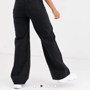 Säljer dessa jättesnygga jeans ifrån weekday i modellen Ace Wide Leg! Använda fåtal gånger men i jättebra skick!! Nypris 500kr och säljer för 170kr+frakt!🥰 SKICKAR IMORGON VID SNABB AFFÄR!!