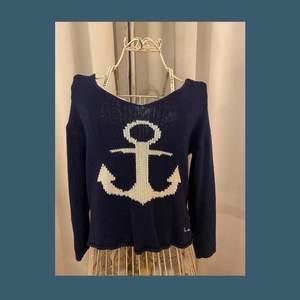 Marinblå stickad tröja med ett ankare ⚓️ Från bondelid i storlek S. Använd i fint skick! Pris: 50kr +frakt🚚